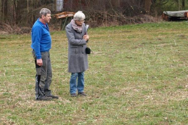 Vor dem Gespräch beäugen Frau Dr. Weiß von der Landwirtschaftsabteilung des Landkreises und Biogas-Landwirt Dreher den Zustand der Fläche kritisch.