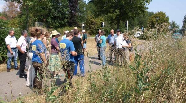Die bunte Truppe am Acker von Landwirt Gerd Klett am Ortseingang von Nehren