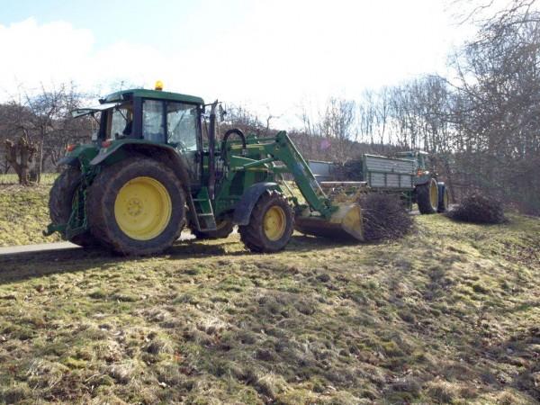 Das Material wird mit dem Traktor zusammengetragen, ...