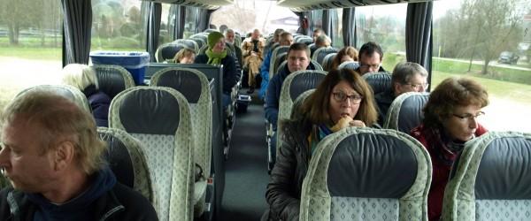 Vesper- und Aufwärmrunde im Bus von Wurmlingen nach Mauenheim. Dazu gab es weitere Informationen zur Tour und weiteren Technologien, die nicht besichtigt werden konnten, wie etwa die Pyrolyse.