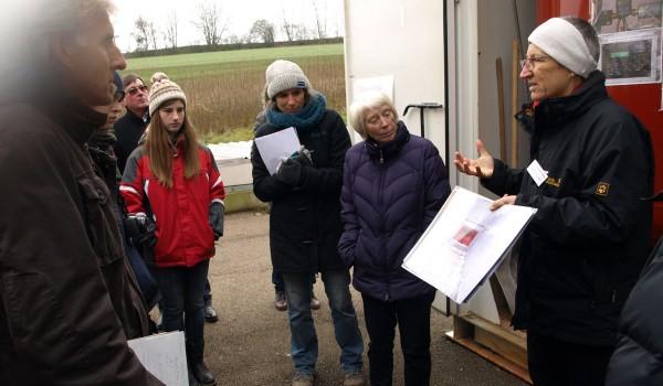 Jutta Gaukler (rechts) stellt das Bioenergiedorf Mauenheim vor.