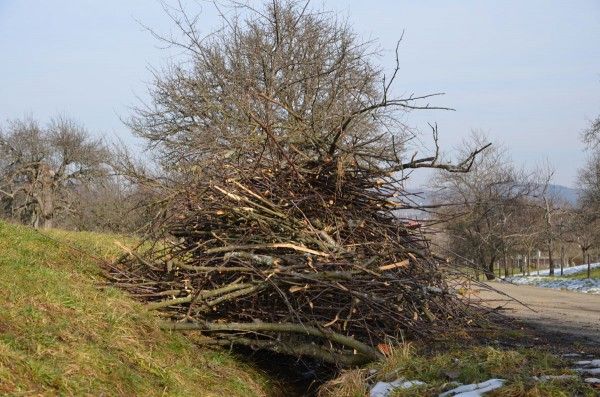 Mustergültig: Quer gelegtes, dickes Holz über dem Graben, darüber der Reisighaufen.
