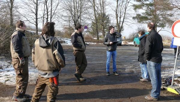 Die AiS-Grüngruppe mit Marcus Hölz (3.v.l.), SWR-Radiomobilist Georg Filser, Sabine Mall-Eder (Netzwerk Streuobst) und Thorsten Teichert (VIELFALT e.V.) beim Interviewtermin auf dem Parkplatz beim Alten Morgen