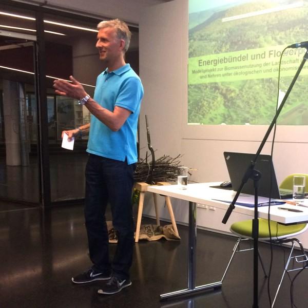 Moderator Martin Wörnle begrüßt Publikum und Referenten.